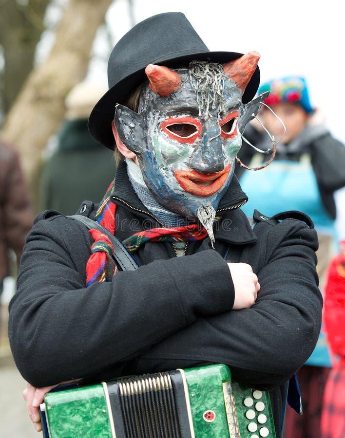 Músico que joga no festival lituano tradicional anual Uzgavenes, carnaval no estilo lituano o 7 de fevereiro de 2016 em Vilnius,  fotos de stock royalty free