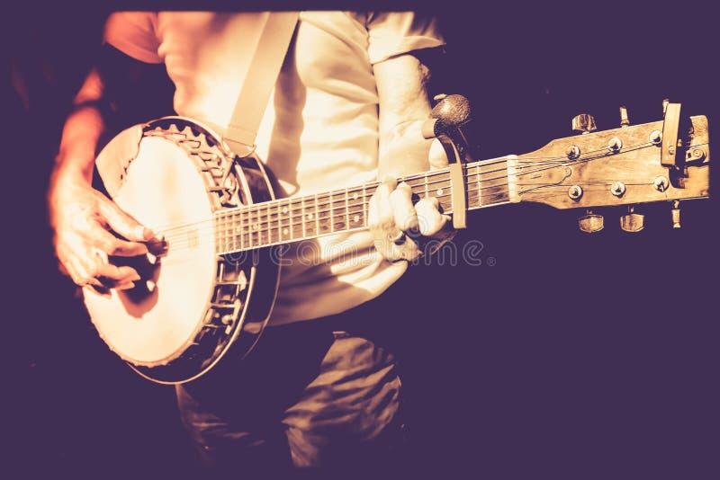 Músico que joga o banjo na foto retro do filtro foto de stock
