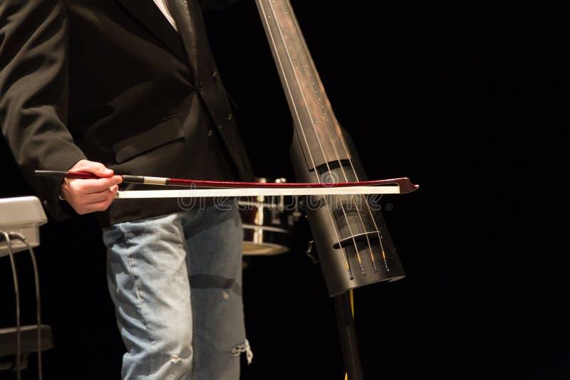 Músico que joga o contrabass imagens de stock