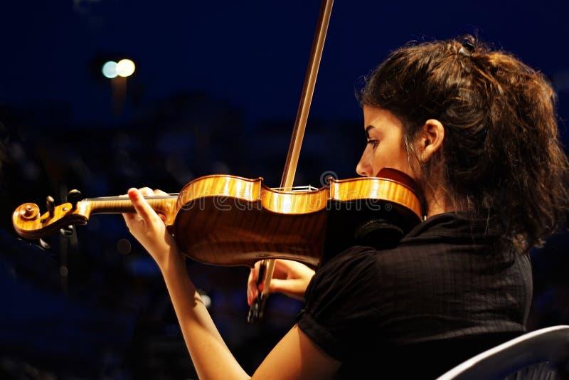 Músico que joga o violino foto de stock