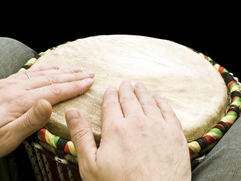 Músico que juega los tambores fotos de archivo