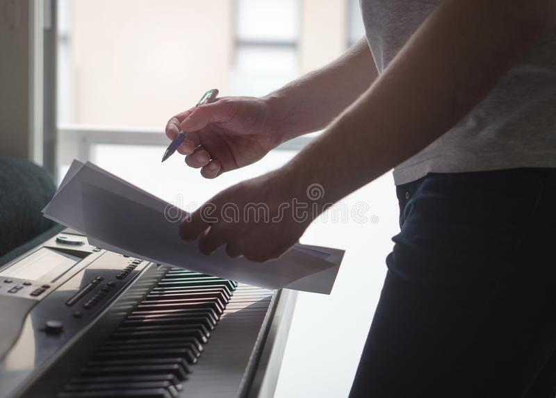 Músico que se inspira y nuevas ideas de la canción de la innovación en el piano imágenes de archivo libres de regalías