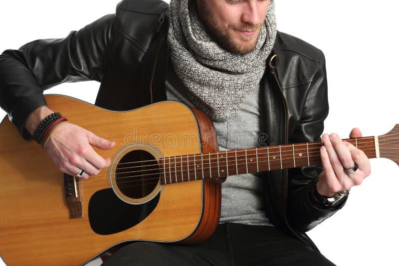 Músico que senta-se para baixo com guitarra imagem de stock