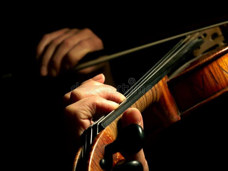 Músico que toca el violín imagen de archivo libre de regalías