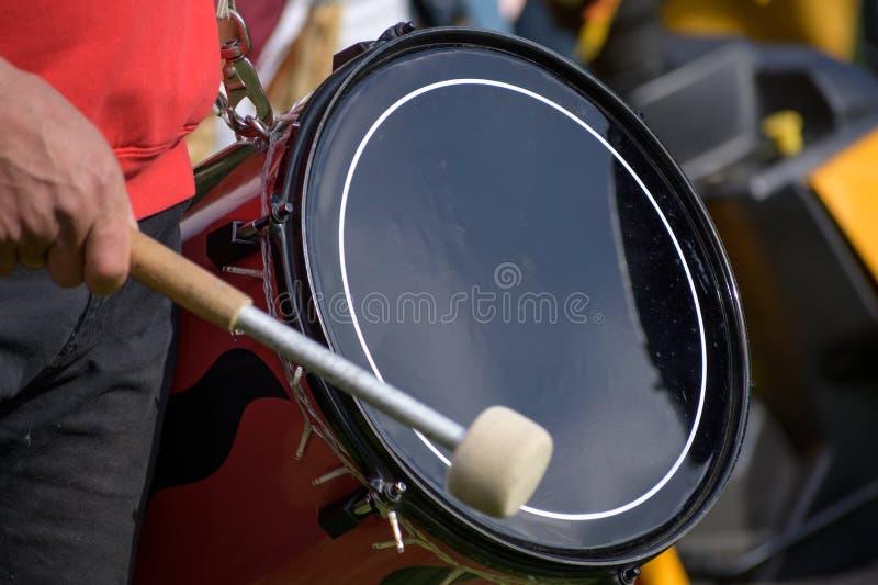 Músico toca kettledrum em um corpo de tambores, desfocagem de movimento fotos de stock
