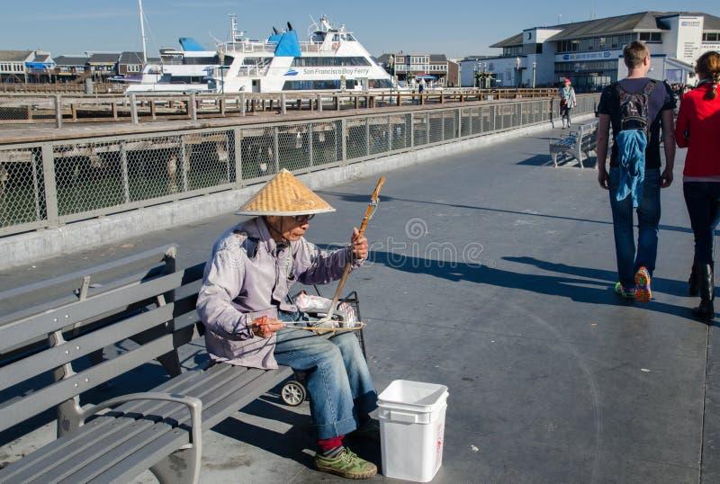 Músico vietnamiano da rua do eldery no cais 39 San Francisco califórnia EUA imagem de stock royalty free