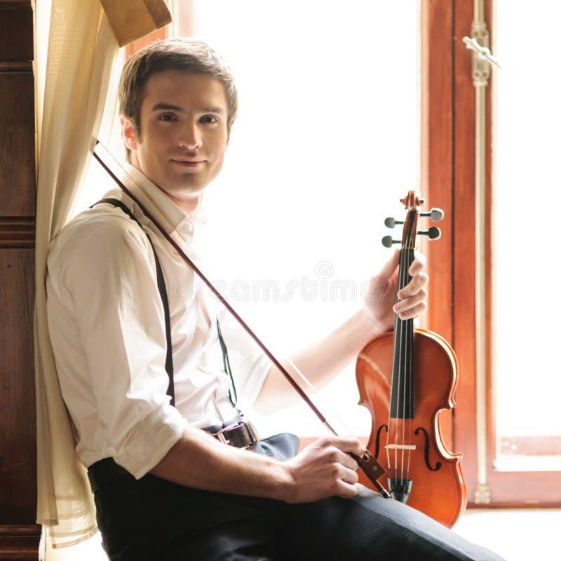 Músico y el violín foto de archivo