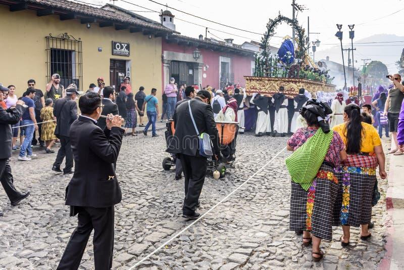 Músicos atrás da procissão emprestada, Antígua, Guatemala foto de stock