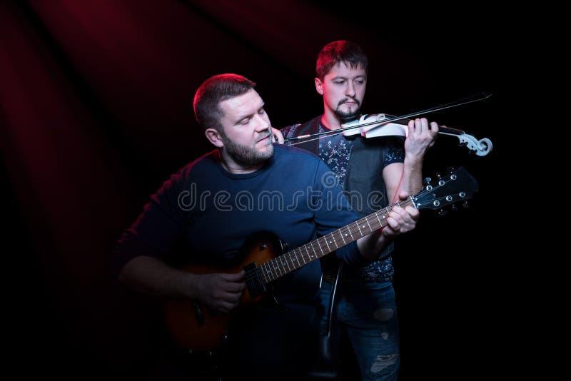 Músicos barbudos del grupo foto de archivo