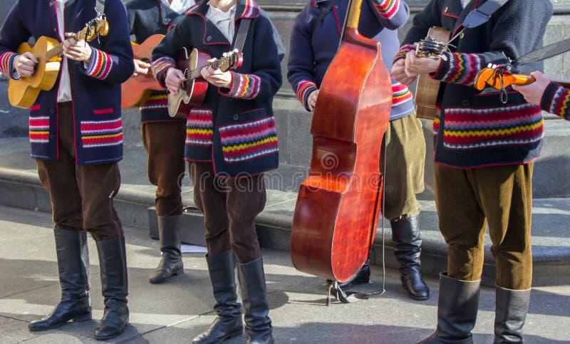 Músicos croatas do tamburitza em trajes populares tradicionais fotografia de stock royalty free