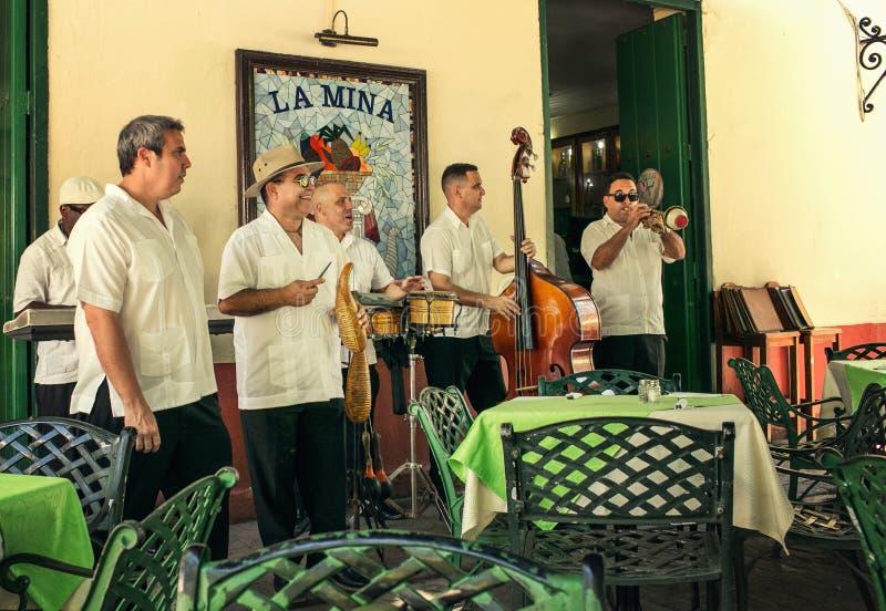 Músicos da rua em Havana fotografia de stock