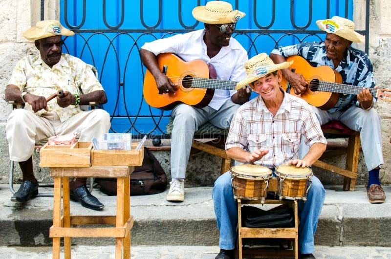 Músicos da rua em Havana, Cuba imagens de stock royalty free