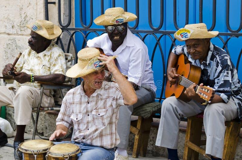 Músicos da rua em Havana, Cuba fotografia de stock