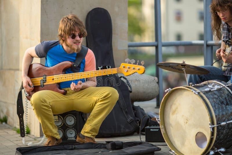 Músicos da rua no centro da cidade Krakow é visitado perto sobre 8 milhão turistas um o ano foto de stock royalty free