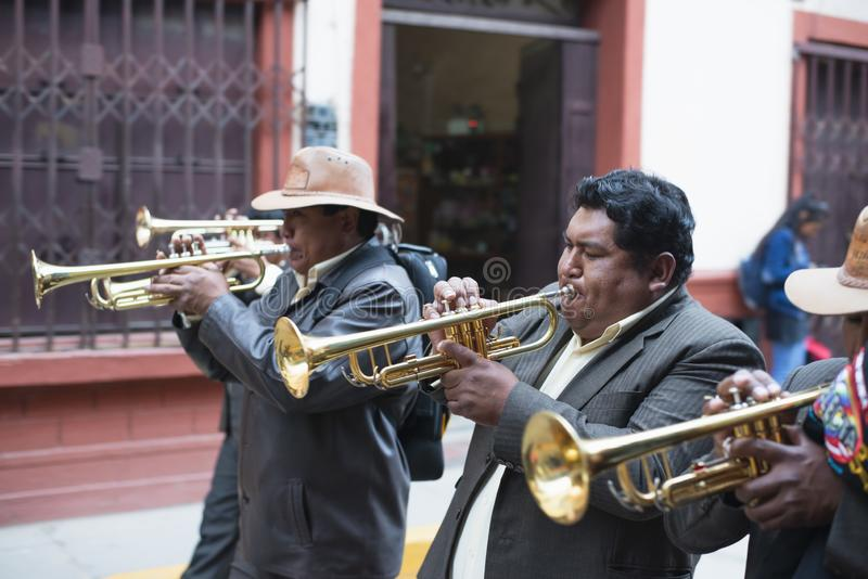Músicos da rua no Peru imagens de stock