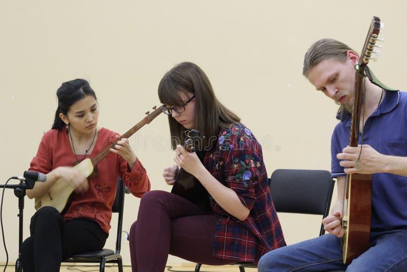 Músicos de diversas pertenencias étnicas jugar junto en diversos instrumentos musicales Rusia, Saratov 21 de marzo de 2018 imagen de archivo