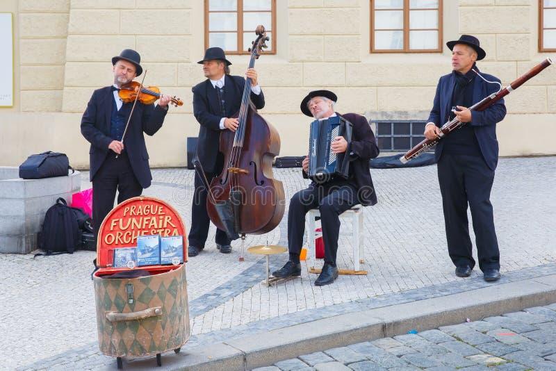 Músicos de la calle (Buskers) en Praga, República Checa imagenes de archivo