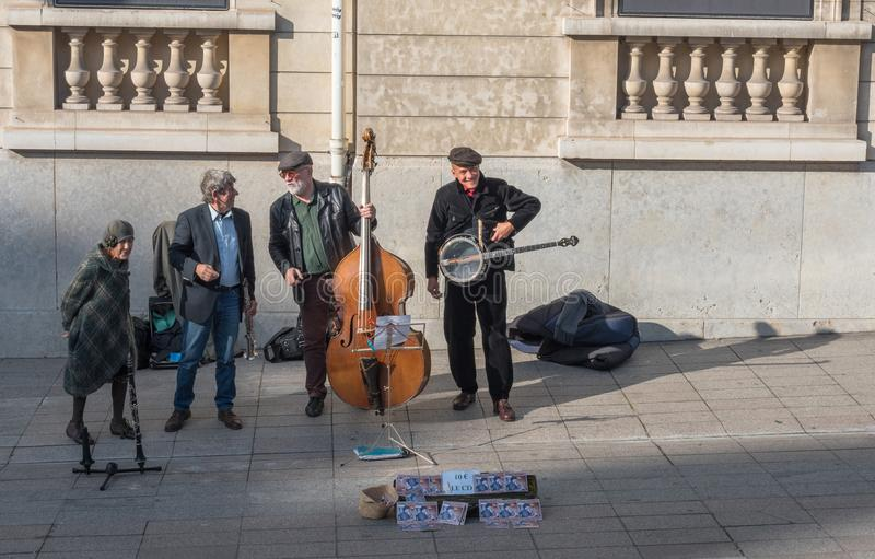 Músicos de la calle fuera del museo de Dorsay en París imagen de archivo libre de regalías
