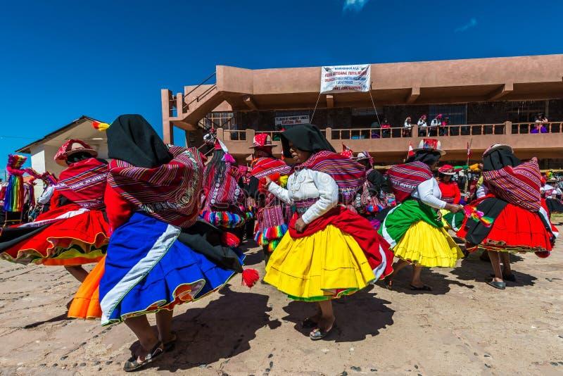 Músicos e dançarinos nos Andes peruanos no Peru de Puno imagem de stock