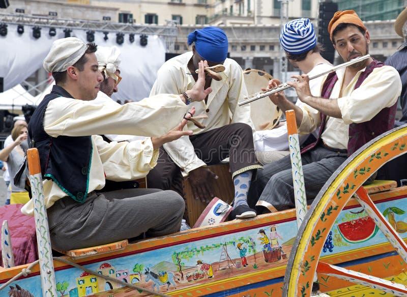 Músicos em um transporte em uma parada imagem de stock