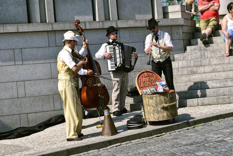 Músicos en la ciudad foto de archivo