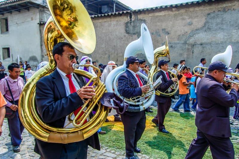 Músicos en la parte posterior de la procesión de Domingo de Ramos, Antigua, Guatemala fotos de archivo libres de regalías
