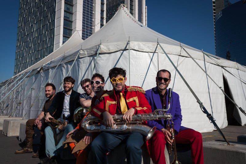 Músicos en Milan Clown Festival 2014 imagenes de archivo