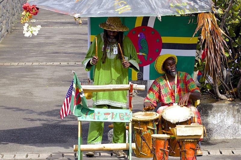 Músicos locais no porto de Domínica fotografia de stock royalty free