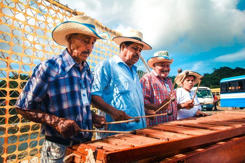 Músicos locales de la calle que juegan música tradicional en el instrumento de madera de los platillos foto de archivo libre de regalías