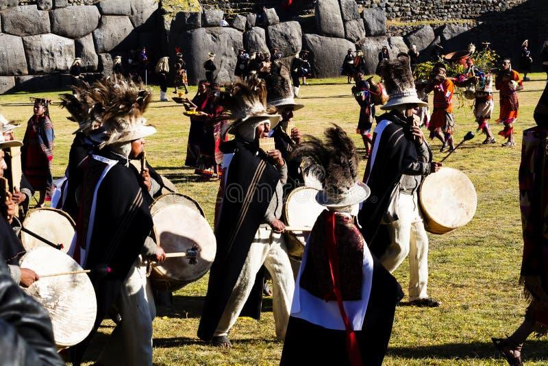 Músicos no Peru 2015 tradicional de Inti Raymi dos trajes foto de stock