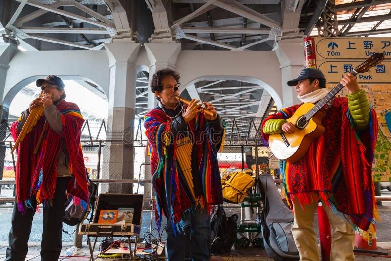 Músicos peruanos de la calle en Tokio imagenes de archivo