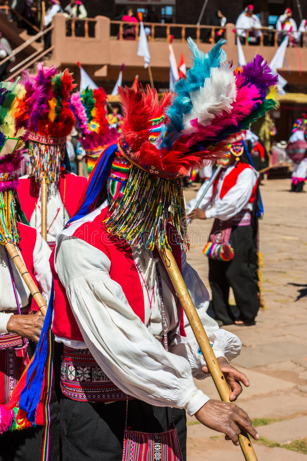 Músicos y bailarines en los Andes peruanos en Puno Perú foto de archivo libre de regalías