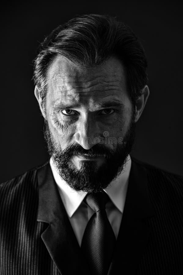 Mûr et expérimenté Calme de visage d'homme d'affaires sûr avec haut étroit de barbe et de moustache de rides Classique d'homme d' photos stock