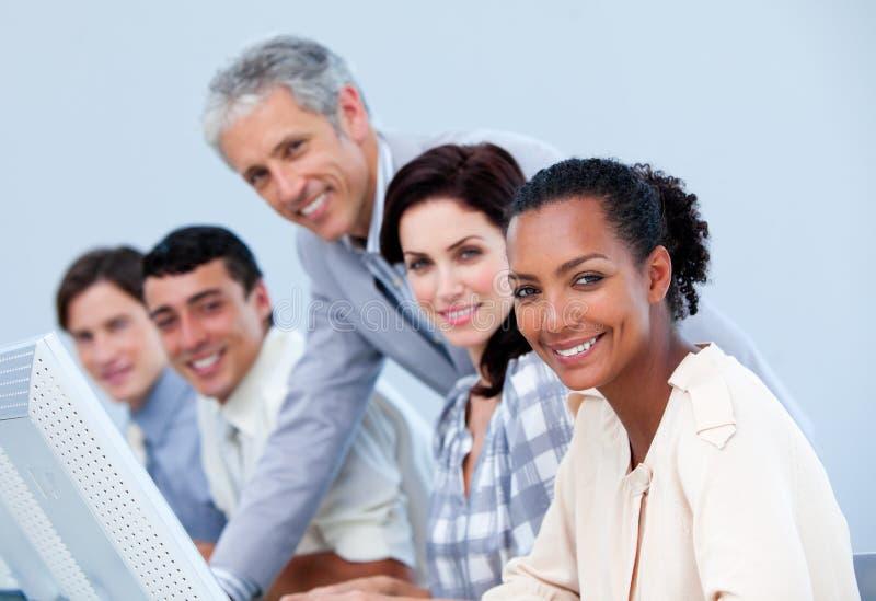 Mûrissez le gestionnaire contrôlant le travail des ses employés photos libres de droits