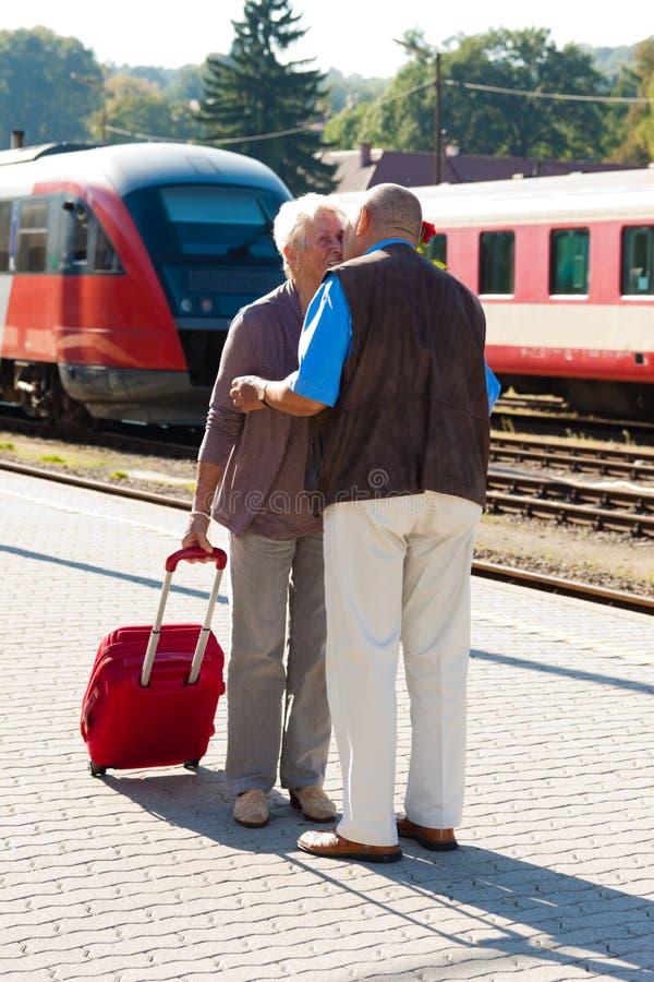 Mûrissez les couples âgés à la station de train image stock