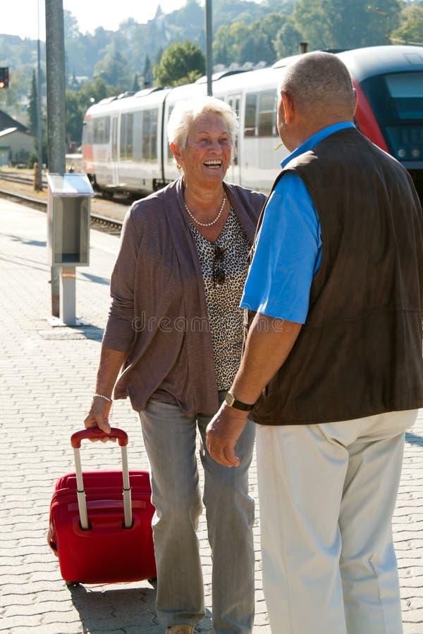Mûrissez les couples âgés à la station de train photographie stock