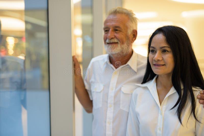 Mûrissez les couples multi-ethniques heureux et dans l'amour tout en explorant images stock