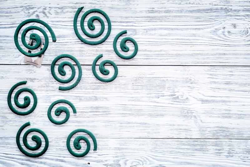 Mückenschutz für im Freien: Garten, Sommerhaus, Picknick Grüne Spirale auf grauem hölzernem Draufsicht-Kopienraum des Hintergrund lizenzfreie stockfotografie