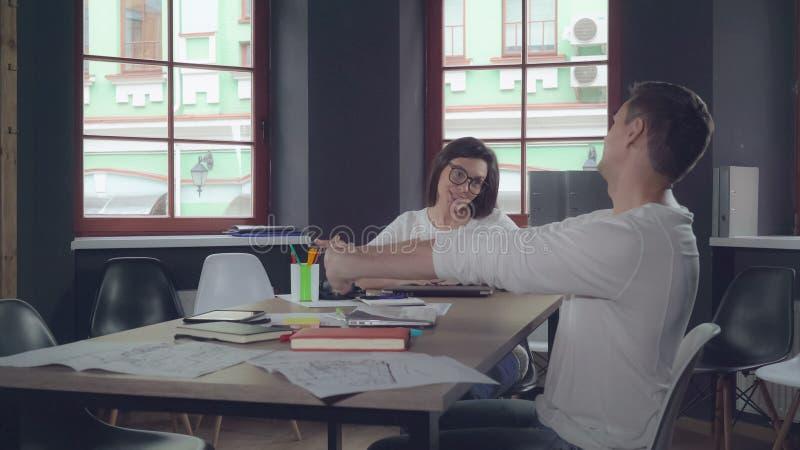 Müde Arbeitskräfte am Arbeitsplatz stockfoto