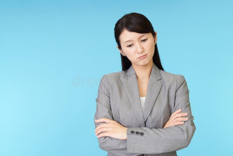 Müde asiatische Geschäftsfrau lizenzfreie stockbilder