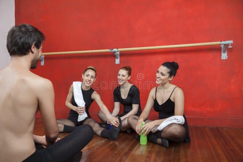 Müde Ballett-Tänzer, die Trainer In Studio betrachten stockfoto