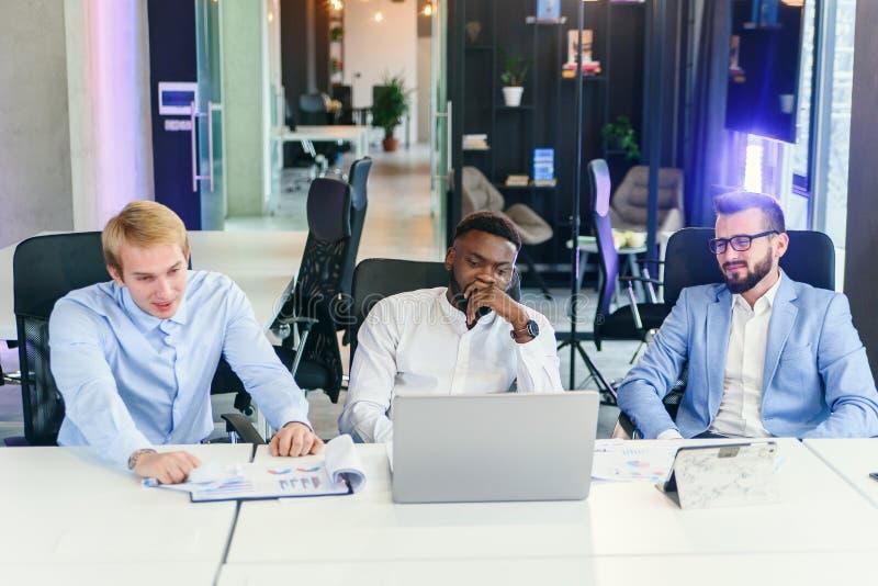 Müde deprimiert afrikanischen Geschäftsmann frustriert von Geschäftsausfall Bankrott Blick auf Laptop fühlen sich erschöpft lizenzfreies stockfoto