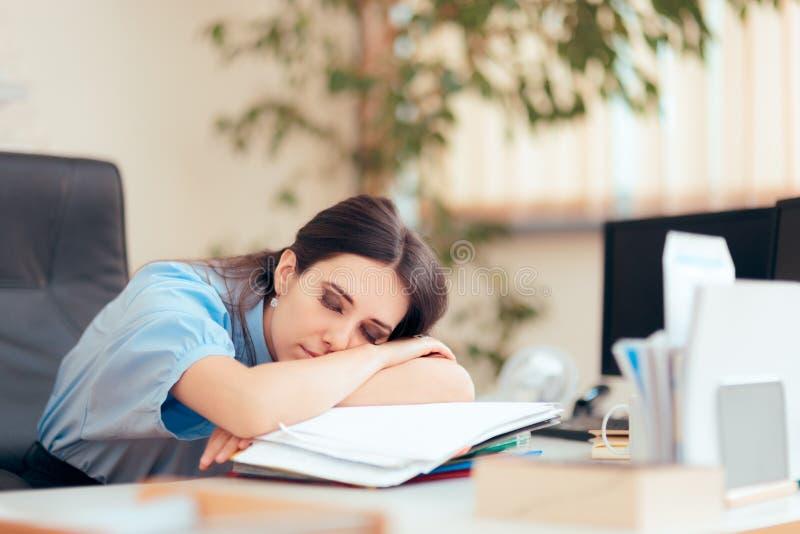 Müde Frau, die Überstunden im Büro bearbeitet lizenzfreie stockfotos
