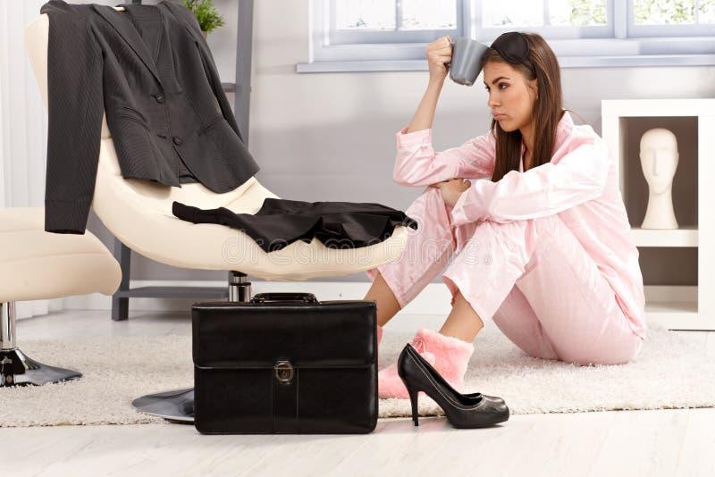 Müde Frau, die zum Geschäft fertig wird lizenzfreies stockfoto