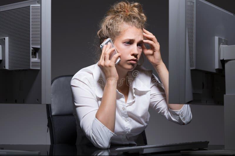 Müde Frau an ihrem Arbeitsplatz lizenzfreies stockfoto