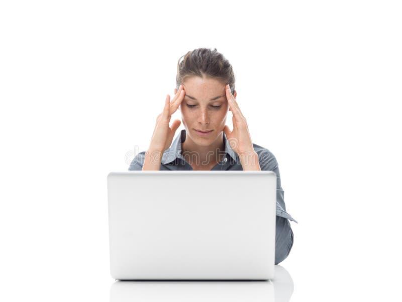 Müde Geschäftsfrau mit Kopfschmerzen lizenzfreie stockfotos