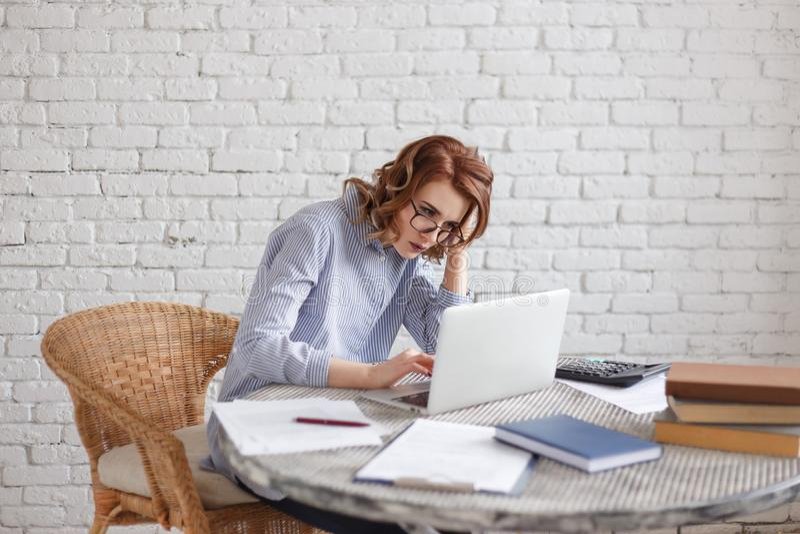Müde junge Frau am Computer Viel Arbeit stockfotos