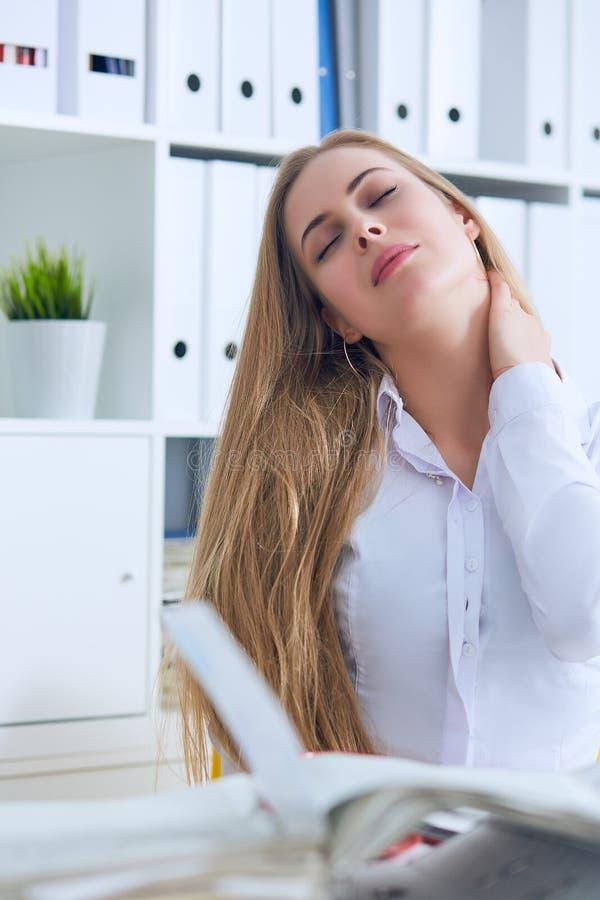 Müde kaukasische Geschäftsfrau, die Hals massiert Erschöpfte weibliche Büroangestelltversammlung selbst für den Abschluss der Arb stockbild