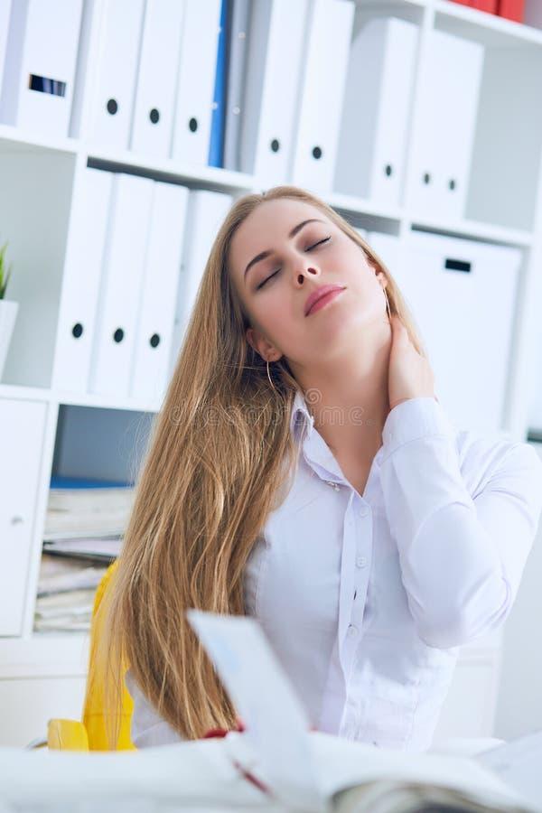 Müde kaukasische Geschäftsfrau, die Hals massiert Erschöpfte weibliche Büroangestelltversammlung selbst für den Abschluss der Arb stockbilder