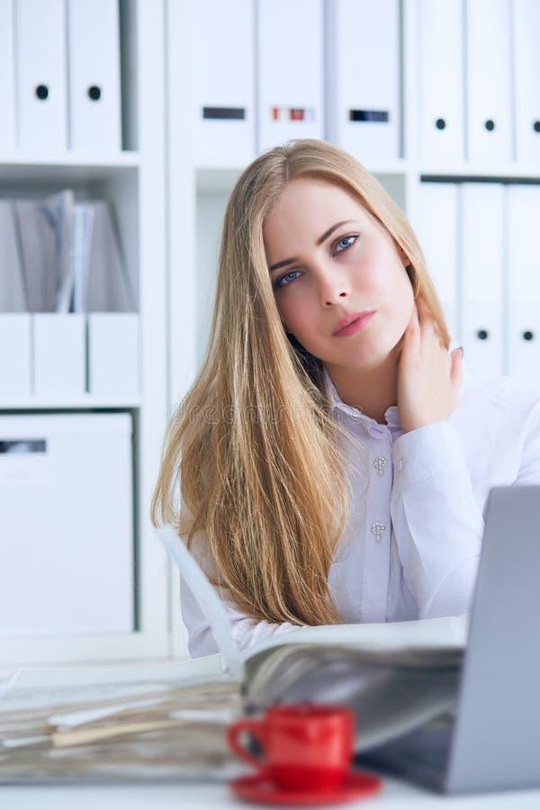 Müde kaukasische Geschäftsfrau, die Hals massiert Erschöpfte weibliche Büroangestelltversammlung selbst für den Abschluss der Arb stockfotos